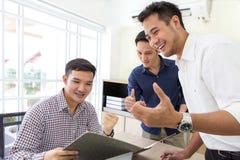 fira framgång Affärslaget firar ett bra jobb i kontoret asiat arkivbild