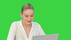 Fira framgång, upphetsad start för affärskvinna för att dansa och att arbeta på bärbara datorn på en grön skärm, Chromatangent lager videofilmer
