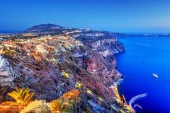 Fira huvudstaden av den Santorini ön, Grekland på natten Royaltyfria Bilder