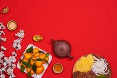 Fira kinesisk bakgrund för det nya året med orange frukt för krig royaltyfri bild