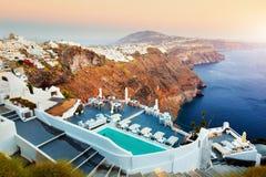 Fira, la capital de la isla de Santorini, Grecia en la puesta del sol Fotografía de archivo libre de regalías
