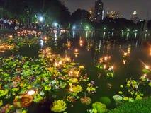 Fira Loy Krathong som svävar festivalnatt i Thailand Arkivfoton