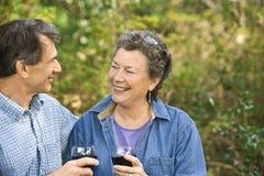 fira lyckligt pensionerat för par Arkivbild