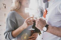 Fira något som är special Slut upp av att dricka för barnpar Royaltyfri Fotografi