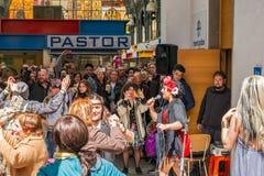 Fira och dansa folk i den centrala marknaden Royaltyfri Bild