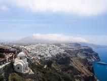 Fira op Santorini, die de oceaan overzien Stock Foto's
