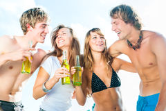Fira partiet på stranden arkivfoton