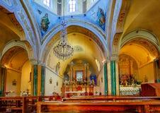 Fira, Santorini/Grecia - 05-18-2014: Dentro di bella chiesa al boulevard di Fira, Santorini, Grecia fotografie stock