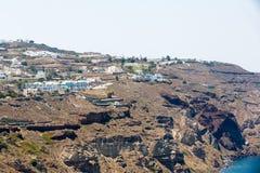 Fira-Stadt - Santorini-Insel, Kreta, Griechenland. Weiße konkrete Treppenhäuser, die unten zu schöne Bucht führen Lizenzfreies Stockbild