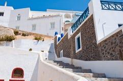 Fira-Straße mit den rehabilitierten und blauen Häusern auf der Insel von Thira (Santorini), Griechenland Stockbilder