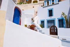 Fira whitewashed as construções cinzeladas na rocha na borda do penhasco do caldera na ilha de Thira (Santorini), Grécia imagens de stock royalty free