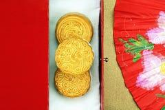 Firar den övre sikten för slutet av den kinesiska månekakan och den röda orientaliska kinesiska fanen för i mitt- höstfestival Arkivbild