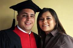 firar flickvänavläggande av examen hans framgångsuniversitetar Royaltyfri Foto