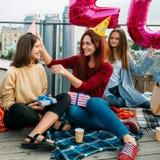 Firar utomhus- roliga lyckliga flickor för födelsedagpartiet arkivfoton