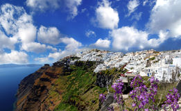 与Fira城镇的Santorini和海运视图在希腊 免版税库存照片