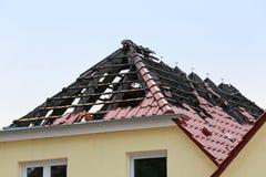 Fire_damaged_rooftop imagens de stock