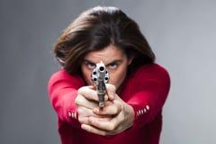 firearmed 30s浅黑肤色的男人的女性力量概念 库存图片