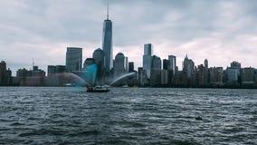 Fireboat, der auf 9/11 soluting ist Stockfotos