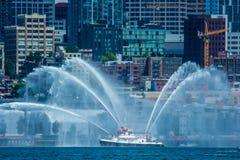 Fireboat di spirito di Seattle Citycape Immagine Stock