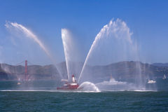 Fireboat - flottilj - Golden gate bridge Royaltyfri Bild