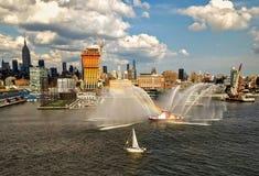Fireboat vertoning in de Stad Hudson River van New York van het vertrekken cruiseschip dat wordt bekeken royalty-vrije stock afbeeldingen