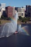Fireboat vor Jachthafen, Stadt. Lizenzfreie Stockbilder