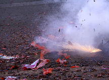 Firecracker som exploderar Fotografering för Bildbyråer