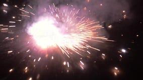 Firecracker som t?nds i festivals?song av Diwali Ett brinnande tomtebloss p? svart bakgrund med verklig r?d flammabelysning i m?r
