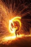 Firedancer a entouré par l'incendie et les étincelles Photo stock