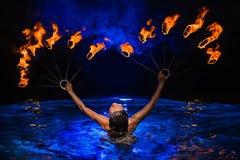 Firedancer kvinna i vatten Fotografering för Bildbyråer