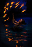 Firedancer kvinna i vatten Arkivbilder