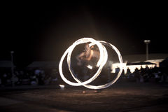 Firedancer taniec przed tłumem Fotografia Royalty Free