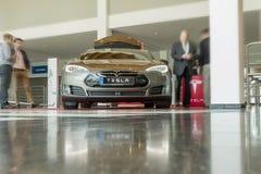 FIREDRICHSHAFEN, GER, BEAUCOUP - 20 AVRIL 2016 : Vue de face du véhicule électrique de Mdel S de phares de xénon montré à l'EXPO  Photos libres de droits