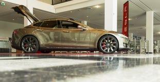 FIREDRICHSHAFEN, GER, VIELE - 20. APRIL 2016: TESLA modellieren S Electric Car, das an der AERO AUSSTELLUNG FRIEDRICHSHAFEN 2016  Lizenzfreie Stockfotografie