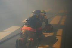 Firefigher和烟 免版税库存图片