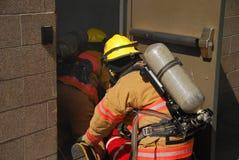 Firefigher och rök Arkivbild