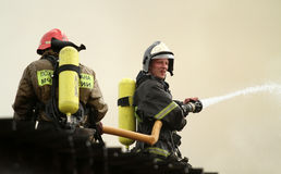 Firefighters extinguishing fire Royalty Free Stock Photos