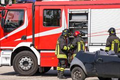Firefighters and relieve the injured in car Royalty Free Stock Photography