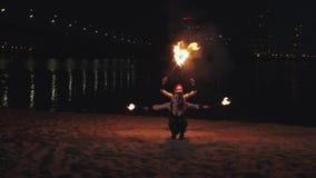 Firegirls που κάνει τις μετακινήσεις που κρατούν τους καίγοντας φανούς απόθεμα βίντεο