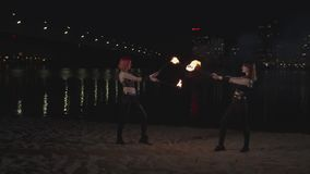 Firegirls preciosos que realizan la demostración mágica con la llama metrajes