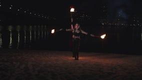 Firegirls spełniania fireshow z palenie pochodniami zbiory