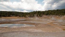 Firehole sjö och pöl för varm vår i den lägre Geyserhandfatet i den Yellowstone nationalparken i Wyoming USA Arkivfoto