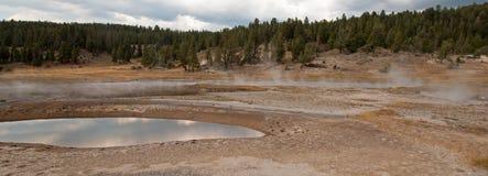 Firehole sjö och pöl för varm vår i den lägre Geyserhandfatet i den Yellowstone nationalparken i Wyoming USA Arkivbilder