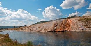 Fireholerivier die voorbij het Centrale Geiserbassin stromen in het Nationale Park van Yellowstone in Wyoming Stock Afbeelding