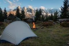 Firelpace del wirh della tenda davanti a Mont Blanc fotografia stock
