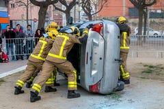 Fireman'stentoonstelling op dorp Palamos Geïmiteerd autoongeval, met één gelaedeerde 10 maart, 2018, Spanje Royalty-vrije Stock Afbeeldingen