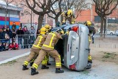 Fireman'stentoonstelling op dorp Palamos Geïmiteerd autoongeval, met één gelaedeerde 10 maart, 2018, Spanje Royalty-vrije Stock Foto