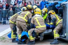 Fireman'stentoonstelling op dorp Palamos Het redden van één gelaedeerde van de auto 10 maart, 2018, Spanje Stock Foto
