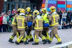 Fireman'stentoonstelling op dorp Palamos Het redden van één gelaedeerde van de auto 10 maart, 2018, Spanje Royalty-vrije Stock Foto