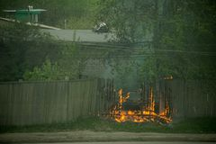 firemans是熄灭一辆分解的灼烧的汽车 免版税库存照片
